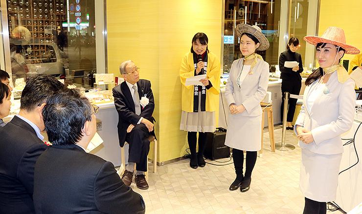 新商品の帽子などをお披露目した発表会=日本橋とやま館