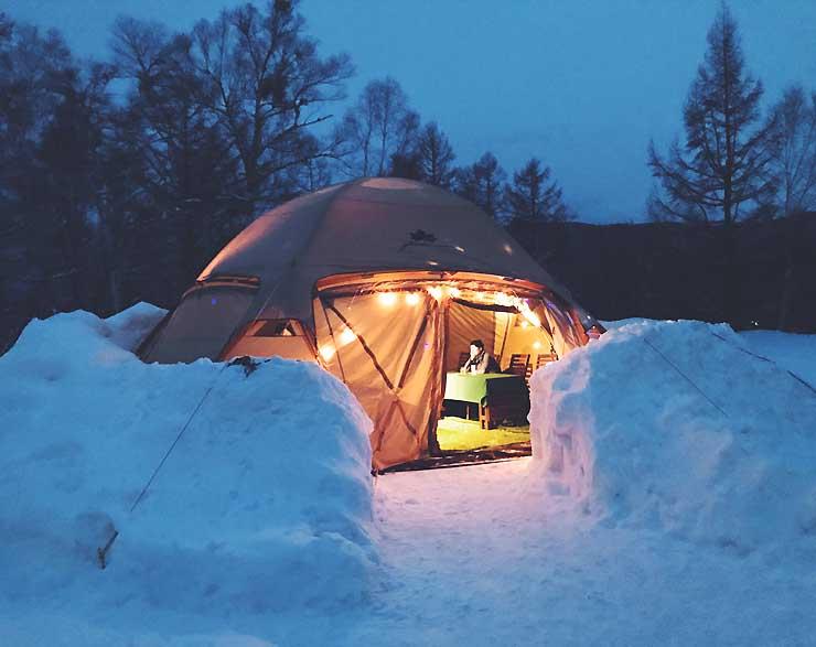 雪の壁の中に設営された「のりくら雪と氷のEVスナック」=2018年2月