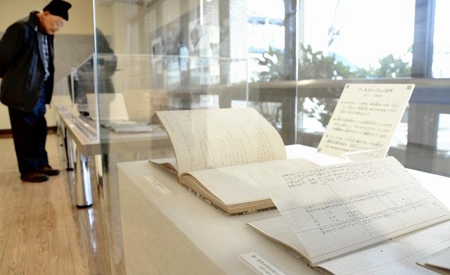 夏目漱石の成績を記した手帳(手前)など、松本源太郎が残した資料を並べた展示会=1月10日、福井県福井市の県立こども歴史文化館