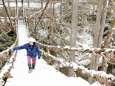 かずら橋を冬も開放 かんじき貸し出し 福井県池田町