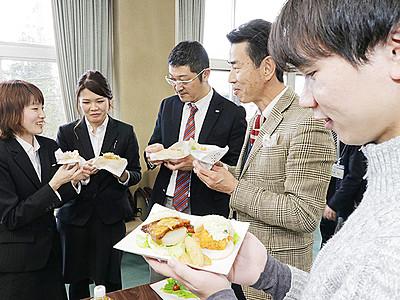 「米騒動バーガー」うまい 魚津で試食会 14日から東京と魚津で販売