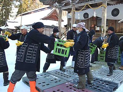 戸隠神社の雪の下で良い酒に 長野の酒造店が作業