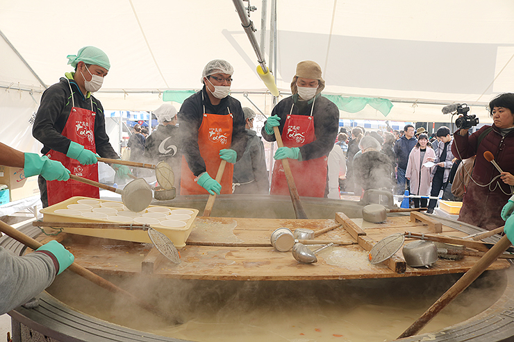 大鍋でじっくり煮込まれる「海鮮シチュー鍋」