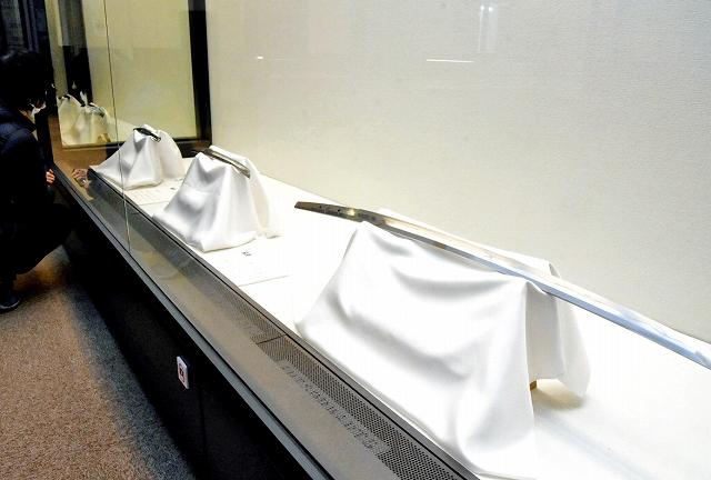 福井ゆかりの刀匠の作品が並ぶ特集展=1月9日、福井県敦賀市立博物館