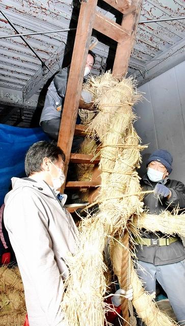 力を込めて3本の綱を編み上げた伝承協議会の会員ら=1月13日、福井県敦賀市相生町