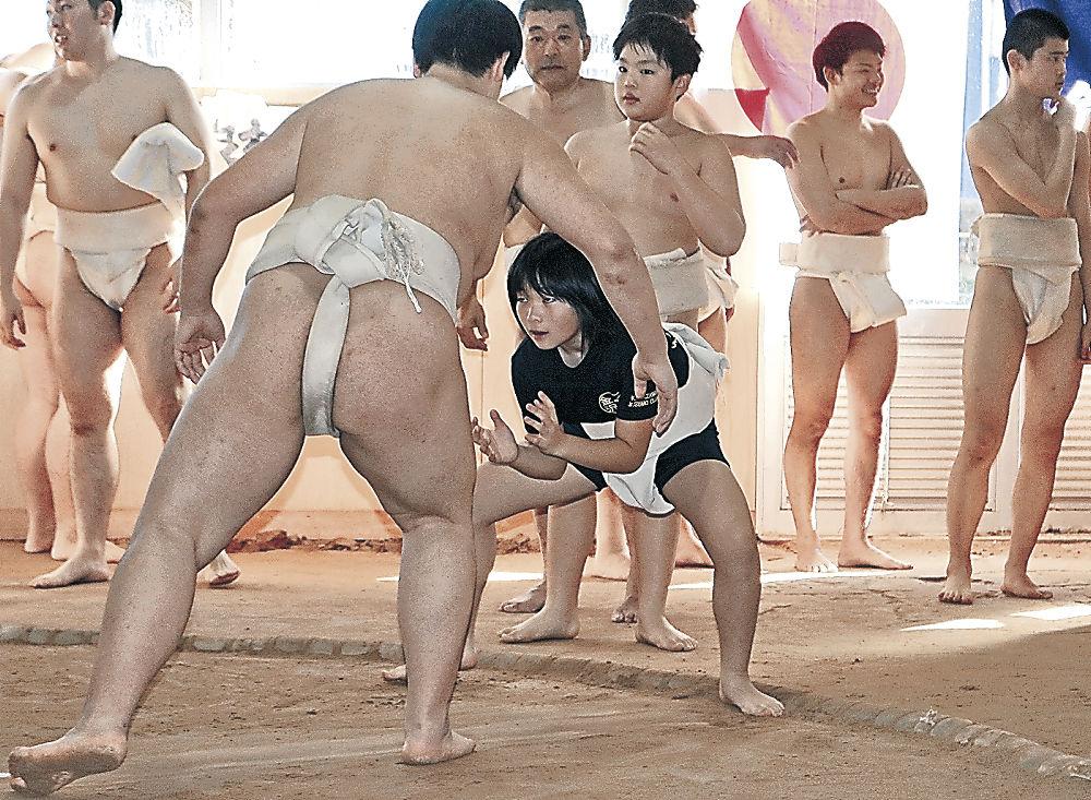 稽古に励む紅一点の吉田さん=県立武道館屋内相撲場