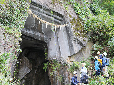 「金屋石」採掘跡へ山道 砺波の「語る会」
