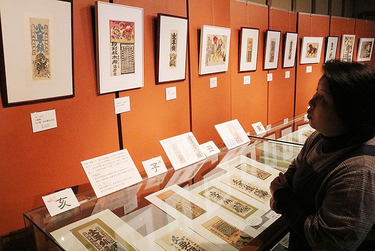 十二支が描かれた売薬版画や引札が並ぶ会場