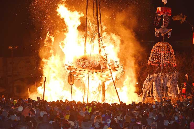 火が放たれた社殿が燃え、クライマックスを迎えた道祖神祭り=15日午後10時14分、野沢温泉村