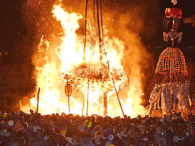 炎の攻防に歓声 野沢温泉・道祖神祭り