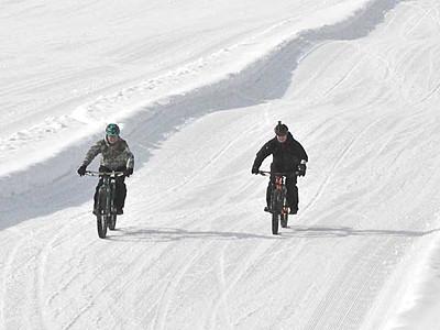 極太タイヤで雪の上を快走 飯山のスキー場に専用コース