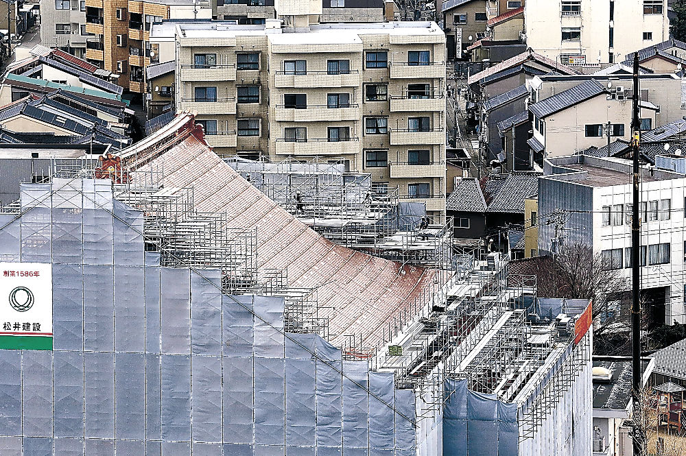 真新しい銅板にふき替えられた屋根=安江町