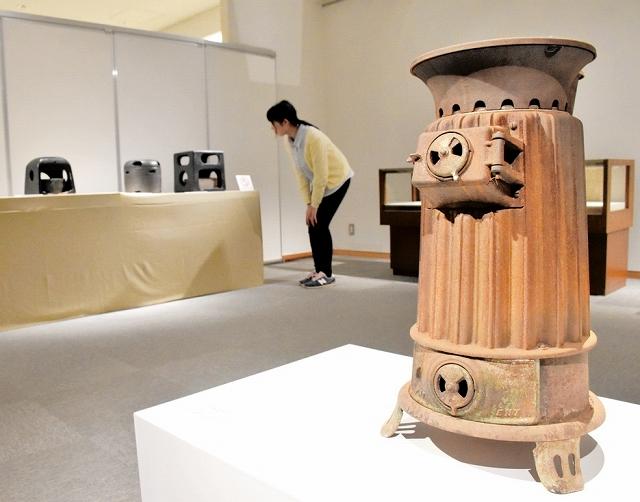 昭和時代に使用されていた暖房器具などが並ぶ企画展=1月16日、福井県あわら市郷土歴史資料館