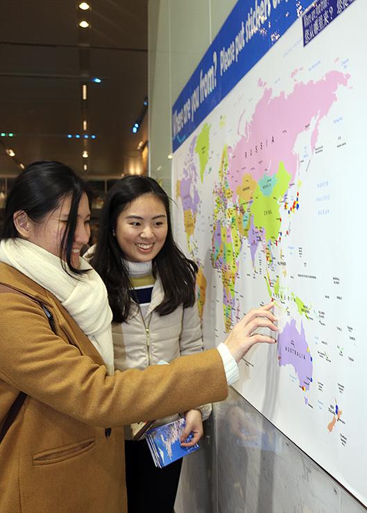 外国人観光客らが出身地にシールを貼っている世界地図