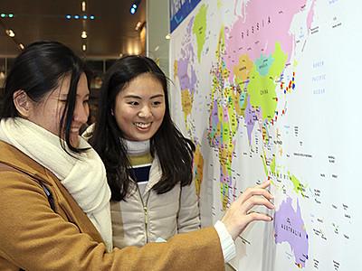 富山駅に大きな世界地図 外国人観光客が出身地にシール