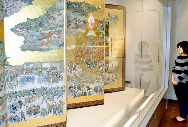 常設展で展示されている福井県越前市粟田部町に伝わる「蓬莱祀」の屏風=1月16日、市武生公会堂記念館
