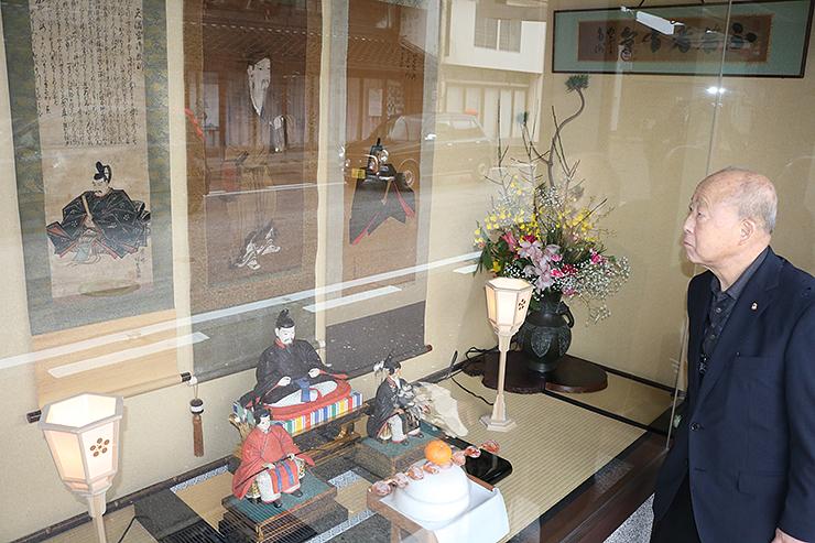 天神様の軸と人形が展示された塩崎商衡のショーウインドー