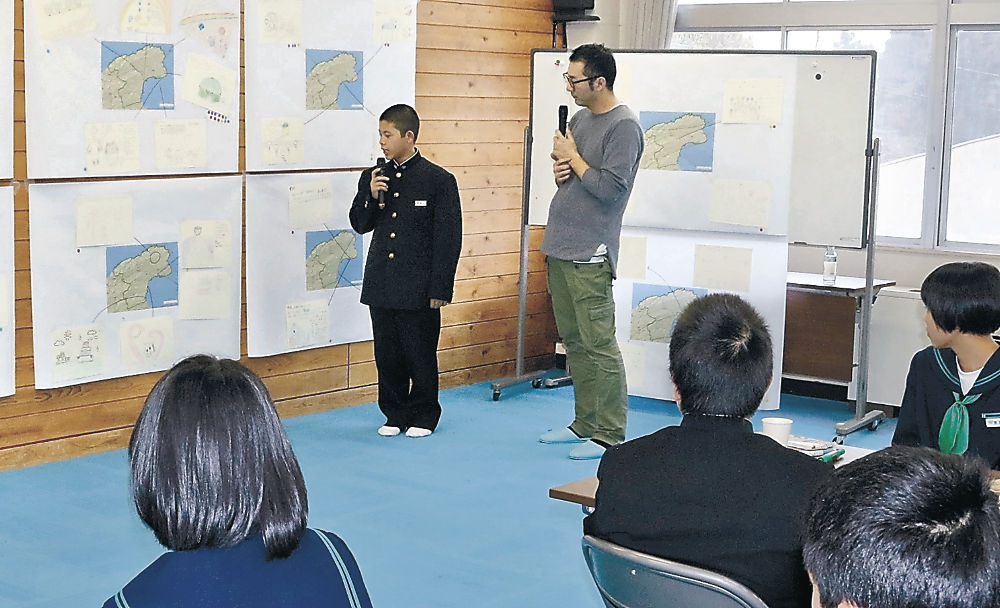 作品を紹介する生徒=珠洲市緑丘中