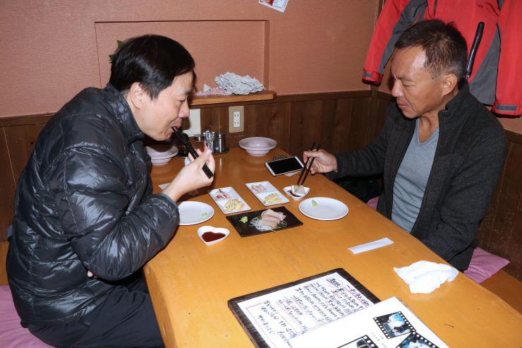 刺し身などを味わう香港からの旅行客=16日、糸魚川市