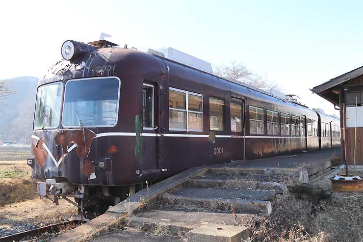 解体して撤去することになった長野電鉄の車両=長野市若穂川田の旧信濃川田駅