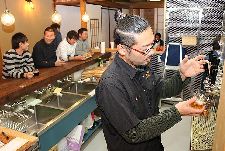 醸造所に併設した飲食店ラティスワーク・ブリューイング・タップハウスの大島さん(手前)