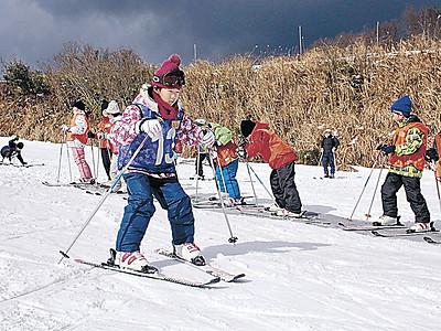 七尾のスキー場 お待たせ、児童が滑り満喫