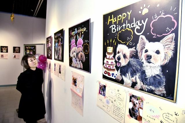愛らしい犬や猫のチョークアートが並ぶ作品展=1月17日、福井県鯖江市まなべの館