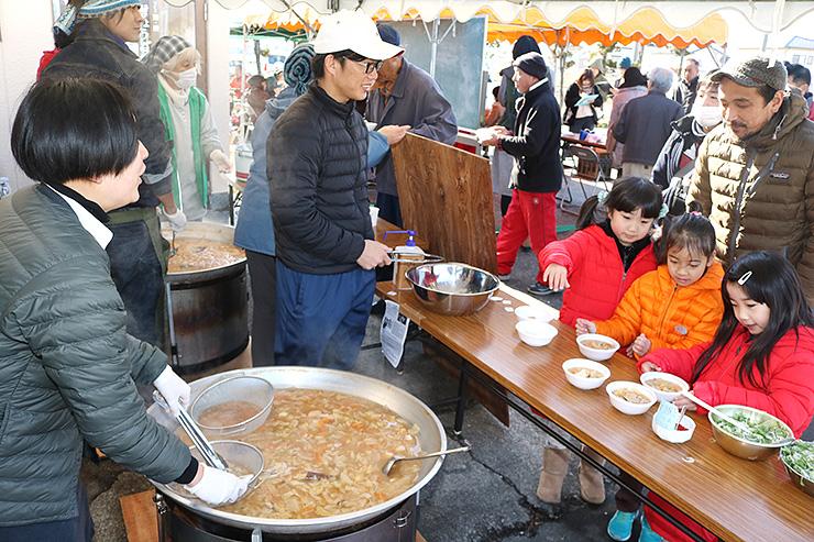 2種類の鍋を楽しもうと、大勢が訪れたイベント=黒部市中新