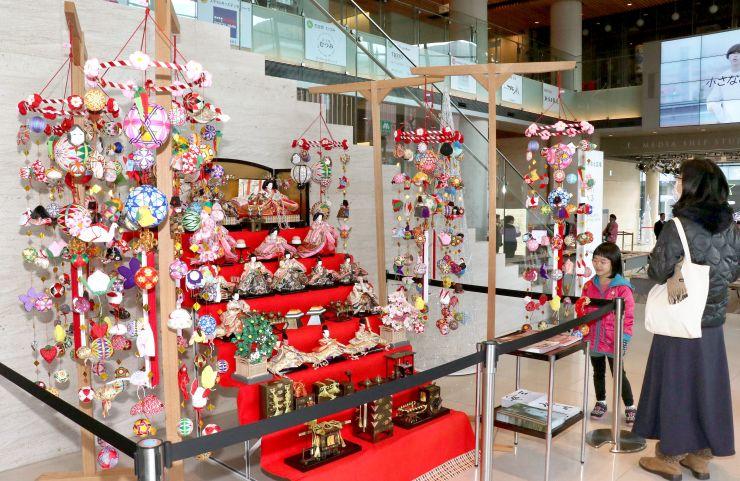 華やかな布細工が雛壇を彩る福岡県柳川市の「さげもん」=19日、新潟市中央区
