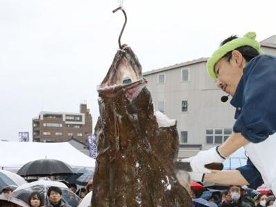 糸魚川・あんこう祭り つるし切りへ熱視線 汁料理に行列