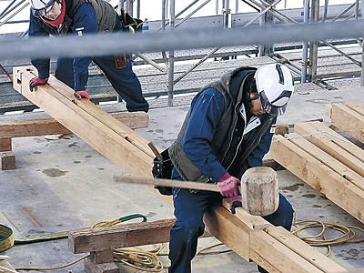 復元の技見て 金沢城公園鼠多門工事現場に見学台