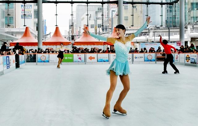 関西大アイススケート部が大勢の観衆を魅了した昨年のショー=2018年2月、福井県福井市のハピリンク