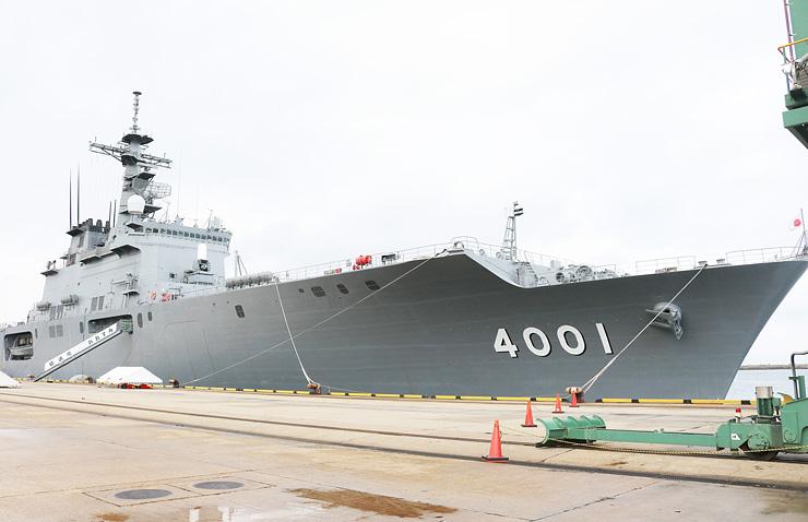 伏木港に寄港した輸送艦「おおすみ」