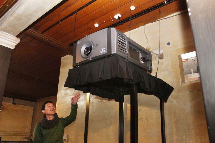 高田世界館が新たに導入した映写機。主流のデジタル上映方式に対応している=上越市本町6