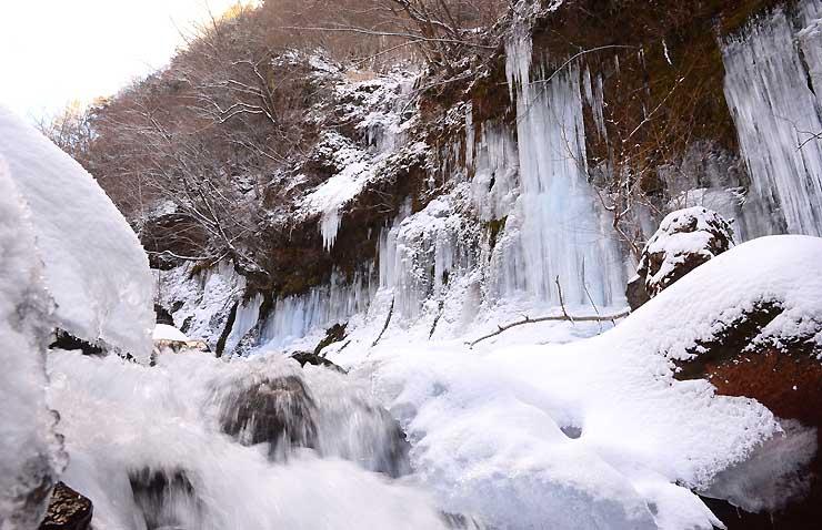 横谷渓谷の渋川のほとりにある屏風岩氷瀑