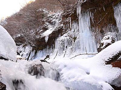 青白く輝く氷と雪の芸術 茅野・横谷渓谷の氷瀑
