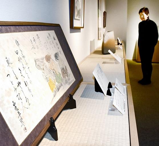雨田光平の作品をはじめ、交流があった作家や地元の陶芸家ら計7人の15点が並ぶ=福井県越前町織田の雨田光平記念館