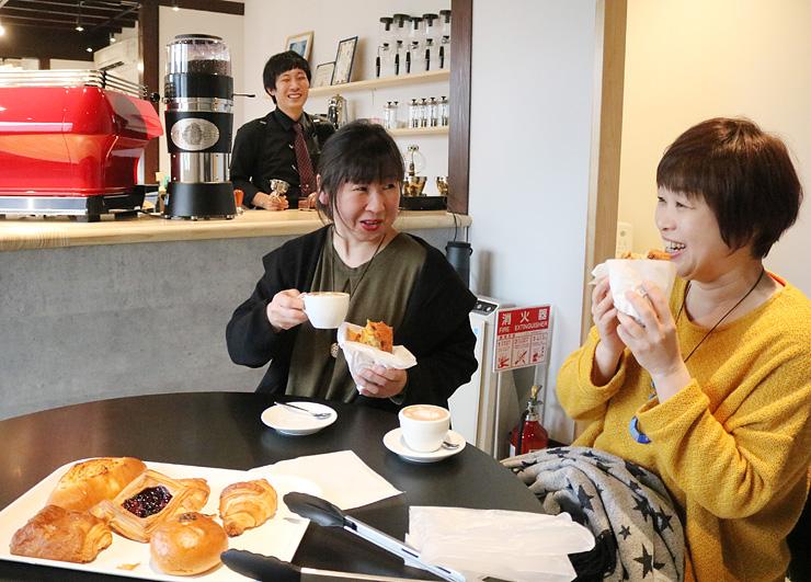 土木さん(奥)のコーヒーや福井さんの手作りパンを楽しむ客