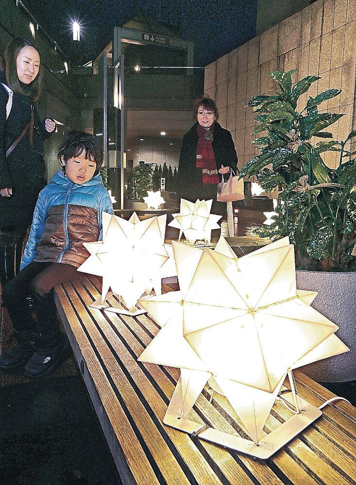 地下広場で点灯が始まった「ほしあかり」=金沢市のポルテ金沢