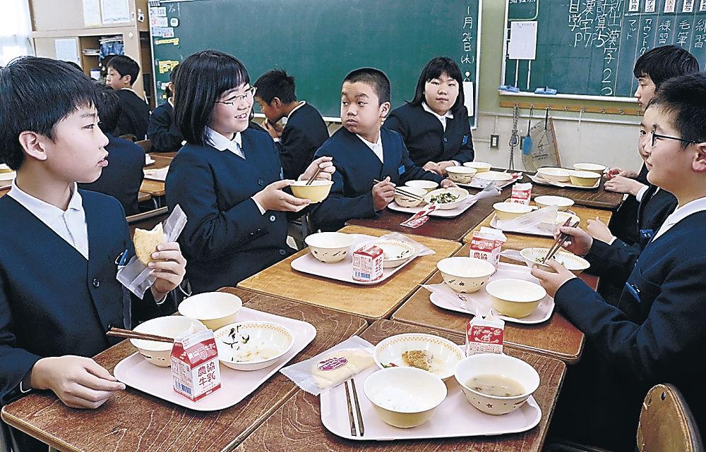 地元食材を使った給食を味わう児童=田上小