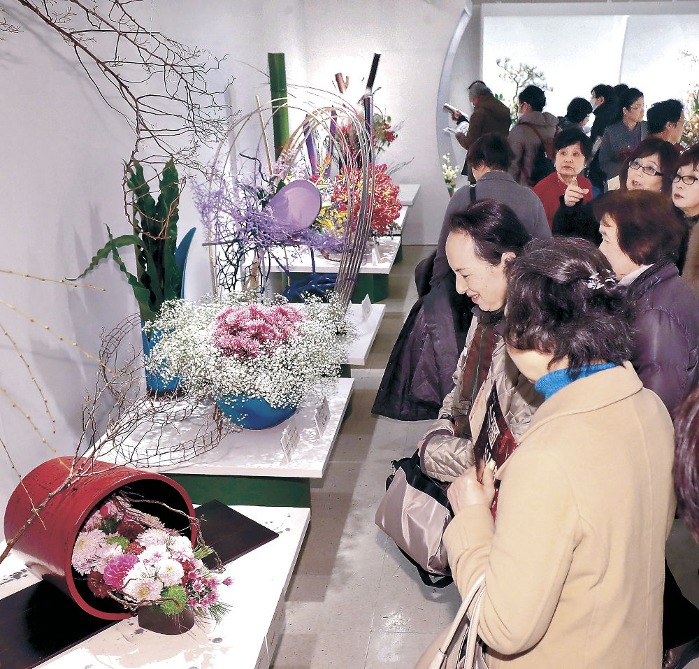 後期展が始まり、来場者でにぎわう会場=金沢市のめいてつ・エムザ8階催事場