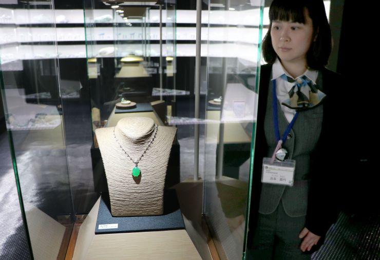 フォッサマグナミュージアムに展示されている「最上質ヒスイ」のアクセサリー=糸魚川市
