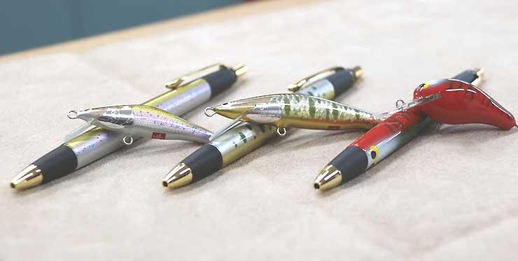 ルアーとそれをモチーフにしたボールペンのセット。(左から)ワカサギ、イワナ、ハクビシンの3種類ある
