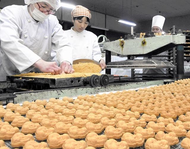 職人が手作りしている敦賀の伝統銘菓「豆らくがん」=1月25日、福井県敦賀市の銘菓処笑福堂
