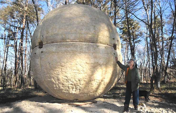 カナディアン・ファームの野外広場に登場した直径4・1メートル、重さ21トンのオブジェ