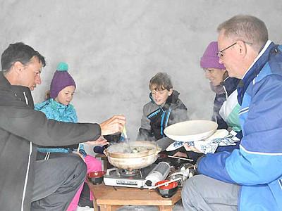 かまくらで鍋料理味わう 飯山の催し、過去最高の予約数