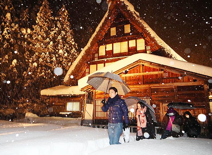 ライトアップされ、雪景色の中に浮かび上がった岩瀬家=南砺市西赤尾町