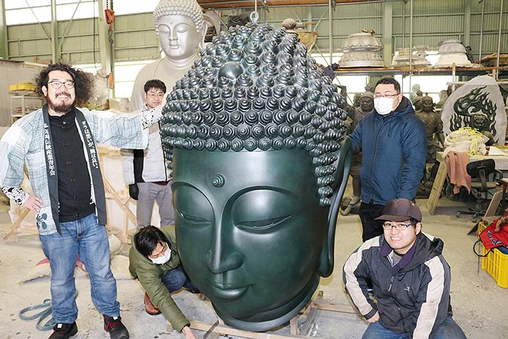 ワンダーフェスティバルで展示する仏頭の梱包作業に励むメンバー