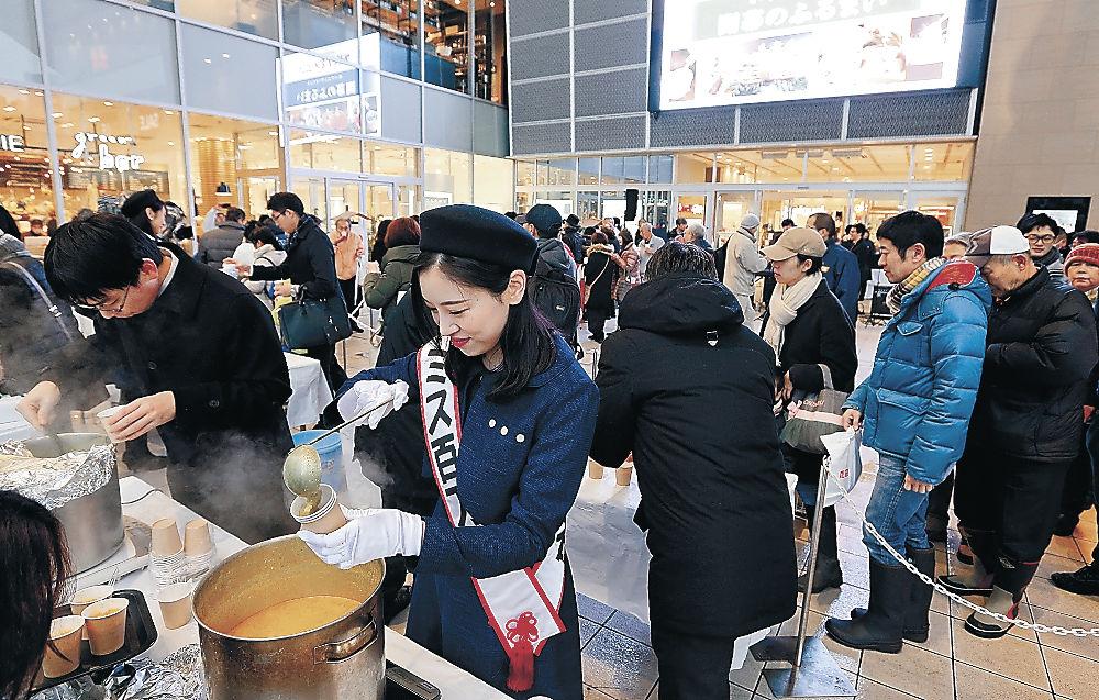 金沢メギスのカレースープなどが振る舞われたフードピア金沢のオープニングイベント=金沢市の片町きらら広場