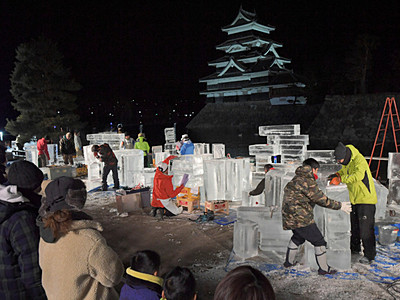 松本城背に氷像作り 「国宝松本城氷彫フェスティバル」